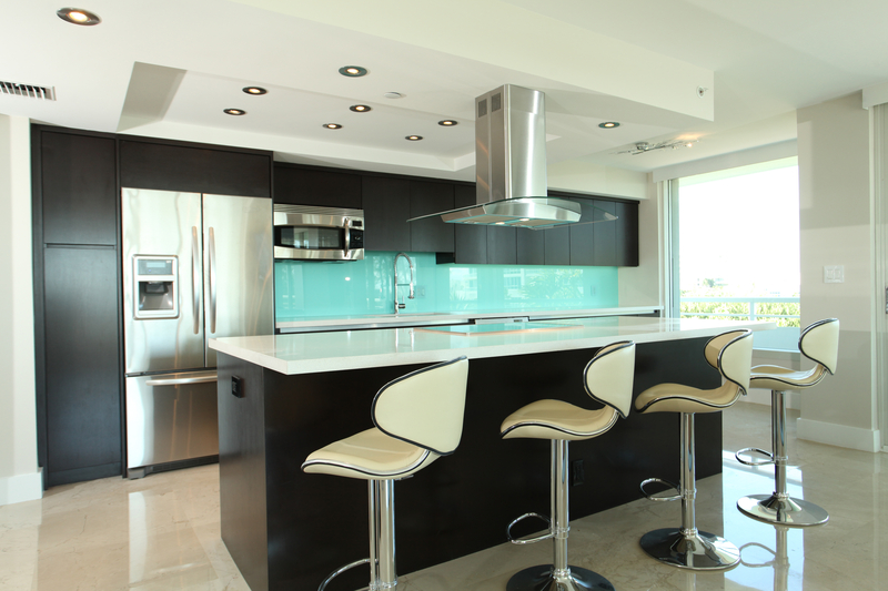 Why Choose a Glass Backsplash For Your Kitchen? - House of Mirrors - Mirrors and Glass Store - Featured Image